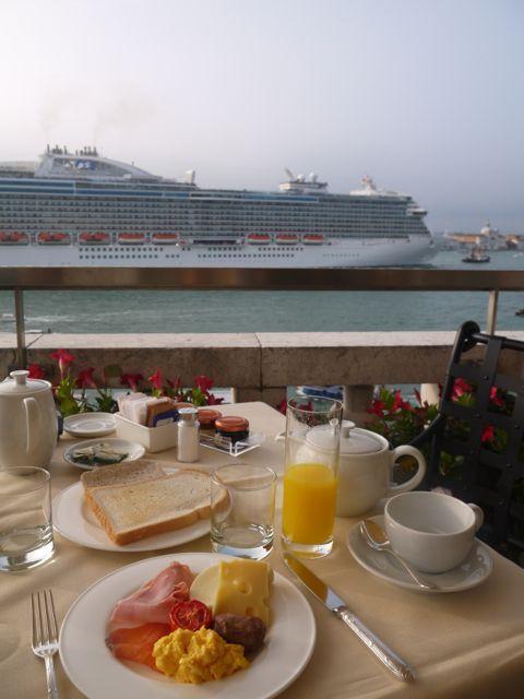 一番素敵な席に案内してもらいゆっくり朝ごはん。